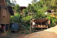 Резервуар водоснабжения в деревне Восточной Азии, в джунглях стоковые изображения