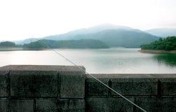 Резервуар, горы и рыболовная удочка Стоковые Изображения RF