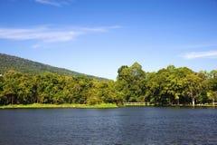 Резервуар под голубым небом с фоном горы Стоковые Фото