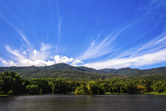 Резервуар под голубым небом с фоном горы Стоковое Изображение RF