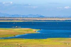Резервуар Uda Walawe с горы на горизонте Стоковая Фотография RF