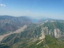 Резервуар Vakhsh Nurek и от высоты вертолета летания стоковые изображения