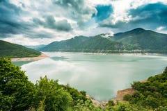 Резервуар Zhinvali в Georgia, на реке Aragvi предыдущая весна горы ландшафта Стоковые Изображения