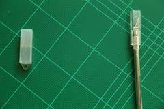 Резец на зеленой разделочной доске Стоковые Фотографии RF