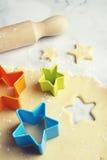 Резец печенья формы звезды в вертикали теста Стоковое Фото