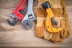 Резец трубы универсального гаечного ключа раздвижного ключа перчаток безопасности на древесине b Стоковые Изображения RF
