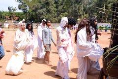 Резиденты с уникальными и броскими костюмами стоковые изображения