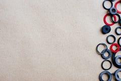 Резиновые набивки на предпосылке бумаги ремесла, космосе для текста и рекламе Стоковая Фотография RF