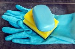 Резиновые перчатки и губки целлюлозы готовые для чистки домочадца Стоковое фото RF