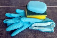 Резиновые перчатки и губки целлюлозы готовые для чистки домочадца Стоковая Фотография