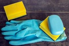 Резиновые перчатки и губки целлюлозы готовые для чистки домочадца Стоковые Фотографии RF