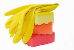 Резиновые перчатки и губки для моя блюд. Стоковое Фото