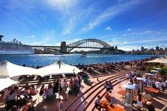 Резиденты и туристы на круговой набережной Сиднее Австралии Стоковое Фото