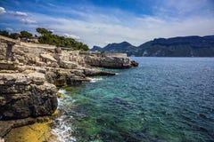 Резкое каменистое море побережья и бирюзы стоковые изображения