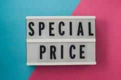 Резк сниженная цена - текст на дисплее стоковая фотография