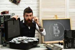 Результаты фантастически Bitcoin для дела Бородатый человек с деньгами наличных денег Бизнесмен в комнате сервера лучей стоковое изображение rf