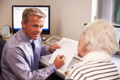 Результаты теста доктора Discussing с старшим женским пациентом Стоковое фото RF