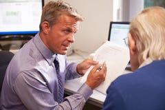 Результаты теста доктора Discussing с старшим мужским пациентом Стоковая Фотография