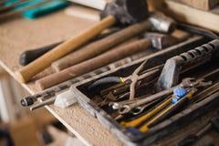 резцовая коробка натюрморта с ногтями rasp и старые инструменты стоковая фотография