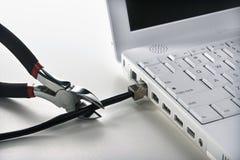 резцы кабеля режа компьтер-книжку для того чтобы связать проволокой Стоковое Фото