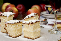 Резцы печенье, яблоко и стекло красного вина стоковое изображение rf