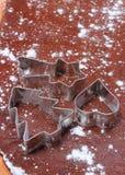 Резцы печенья лежа на тесте для печений и пряника Стоковые Изображения RF