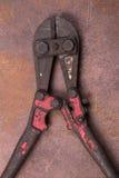 Резцы провода на предпосылке ржавчины Стоковая Фотография