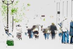 Резюмируйте запачканную толпу двигая против предпосылки городского ландшафта человек предпосылки счастливый изолированный над жен Стоковое Фото