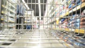 Резюмируйте запачканный отснятый видеоматериал торгового центра, взгляд от тележки shopinh сток-видео