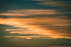 резюмируйте покрашенное небо с облачностями с разрывами - винтажный зеленый цвет l захода солнца Стоковая Фотография RF