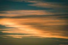 резюмируйте покрашенное небо с облачностями с разрывами - винтажный зеленый цвет l захода солнца Стоковые Фото