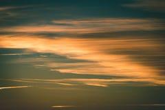 резюмируйте покрашенное небо с облачностями с разрывами - винтажный зеленый цвет l захода солнца Стоковое фото RF