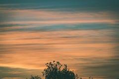 резюмируйте покрашенное небо с облачностями с разрывами - винтажный зеленый цвет l захода солнца Стоковые Фотографии RF