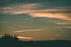 резюмируйте покрашенное небо с облачностями с разрывами - винтажный зеленый цвет l захода солнца Стоковое Фото