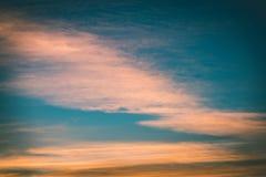 резюмируйте покрашенное небо с облачностями с разрывами - винтажный зеленый цвет l захода солнца Стоковое Изображение