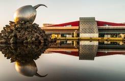 РЕЙКЯВИК, ИСЛАНДИЯ - 9-ОЕ СЕНТЯБРЯ 2011: Строя экстерьер и художественное произведение гнезда двигателя - большое яйцо металла Ke стоковое изображение rf
