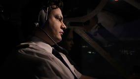 Рейс над городом, внимательный пилотный авиалайнер ночи управления рулем профессионально видеоматериал