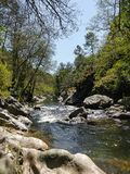 Река арен в горах Испании, между путем рыболовов в Испании стоковое фото rf