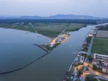 Река Арно пропускает в море стоковое изображение