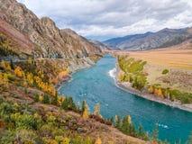 Река бежать через горы стоковое изображение rf