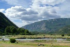 Река бежать через национальный парк Огненной Земли Стоковая Фотография RF
