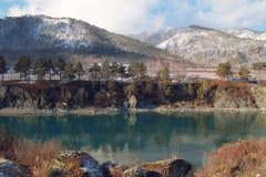 Река бирюзы в начале зимы стоковые изображения rf