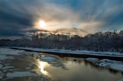 Река весной против голубого sk стоковая фотография rf