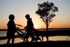 Река вечера велосипедиста ребенка Стоковые Фотографии RF