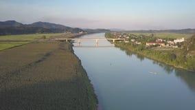 Река вида с воздуха между маленьким городом и зелеными полями арахиса акции видеоматериалы