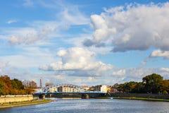 Река Висла в историческом центре города Кракова, Польше Стоковое фото RF