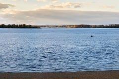Река Волга в самаре Город бывший Куйбышев, секста - самый большой город в России Стоковое Изображение RF