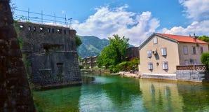 Река воды городка крепости канала Kotor старое усиливая залив Черногории Boka Kotorska защиты исторический разбивочный Стоковая Фотография