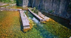 Река воды городка крепости канала Kotor старое усиливая залив Черногории Boka Kotorska защиты исторический разбивочный Стоковые Фото