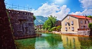 Река воды городка крепости канала Kotor старое усиливая залив Черногории Boka Kotorska защиты исторический разбивочный Стоковые Фотографии RF